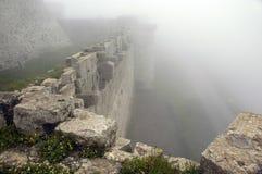 Krak de Chevaliers nascosto in nebbia profonda Fotografie Stock