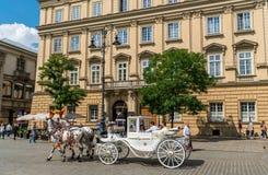 Krakau 21-ое августа 2017: лошадь и экипаж транспортируя туриста стоковые фото