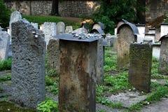 Krakau, Polen: Alte jüdische Kirchhof-Grabsteine Stockbilder