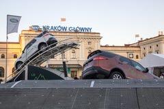 KRAKAU, POLEN, 18 April, 2018, het Testen twee auto'sland Rover Disc stock fotografie
