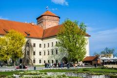 KRAKAU, POLEN - 21. APRIL 2017: Leute, die am Gebiet von Wawel-Schloss gehen Stockbilder