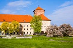 KRAKAU, POLEN - 21. APRIL 2017: Leute, die am Gebiet von Wawel-Schloss gehen Lizenzfreie Stockfotografie