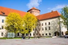 KRAKAU, POLEN - 21. APRIL 2017: Leute, die am Gebiet von Wawel-Schloss gehen Lizenzfreies Stockfoto