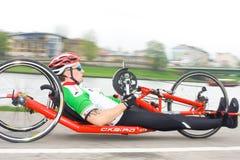 KRAKAU, POLEN - 28. APRIL: Mann-Marathonläufer Cracovia Marathon.Handicapped in einem Rollstuhl auf den Stadtstraßen Lizenzfreies Stockbild