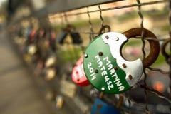 KRAKAU, POLEN - Brücke Kladka Bernatka der Liebe mit Liebe padlocks Lizenzfreies Stockfoto