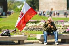 KRAKAU, POLEN - deelnemers jaarlijks van Poolse nationaal en officiële feestdag de 3 de Grondwetsdag van Mei Royalty-vrije Stock Fotografie
