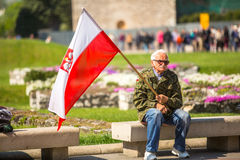 KRAKAU, POLEN - deelnemers jaarlijks van Poolse nationaal en officiële feestdag de 3 de Grondwetsdag van Mei Royalty-vrije Stock Afbeeldingen