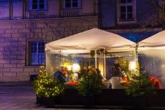 Krakau, Polen - 29. Dezember 2017: Restauranttabellen auf Hauptmarktplatz von Krakau-Stadt Mehr als 10 Million Stockfoto