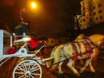 Krakau, Polen - 29. Dezember 2017: Wagen mit Pferden warten auf Touristen im Hauptmarktplatz Lizenzfreies Stockbild