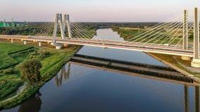 Krakau, Polen Dubbel kabel-gebleven brug over de Vistula-rivier stock video