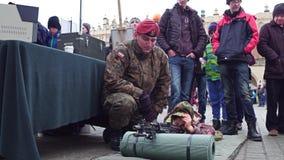 KRAKAU, POLEN - JANUAR, 14, polnischer 2017 Offizier in der Armee zeigt Angriff rilfe zu einem kleinen Jungen WOSP-Militär stellt Lizenzfreie Stockfotografie