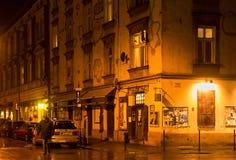 KRAKAU, POLEN - JANUARI 01, 2015: Esterystraat bij nacht in Kazimierz-district in Krakau royalty-vrije stock fotografie