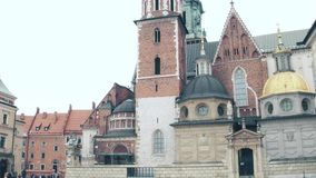 KRAKAU, POLEN - JANUARI, 14, 2017 Steadicam van details van Wawel-Kathedraal wordt geschoten die Lokaal oriëntatiepunt en populai stock footage