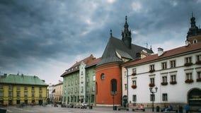 Krakau, Polen Kerk van St Barbara On Small Market Square in de Zomerdag Beroemd Oriëntatiepunt De Plaats van de Erfenis van de We stock videobeelden