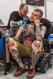 KRAKAU, POLEN - Leute machen Tätowierungen an der 10. internationalen Tätowierungs-Vereinbarung in der Kongress-AUSSTELLUNG Mitte Stockfoto