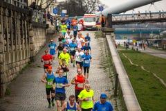 KRAKAU, POLEN - 23. MÄRZ 2014: Nicht identifizierte Teilnehmer während des jährlichen Krakau-International Marathons Stockbilder