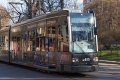 KRAKAU, POLEN - 28. MÄRZ 2017: Tram Bombenschütze Flexity-Klassiker im historischen Teil von Krakau im Frühjahr Stockfotos