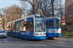 KRAKAU, POLEN - 28. MÄRZ 2017: Tram Bombenschütze Flexity-Klassiker im historischen Teil von Krakau im Frühjahr Lizenzfreie Stockbilder