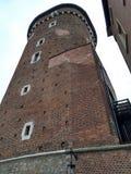 Krakau/Polen - Maart 23 2018: De toren en de muur van het Wawel-Kasteel stock fotografie