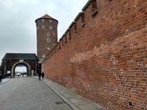 Krakau/Polen - Maart 23 2018: De weg aan het Wawel-kasteel De torens en de muren van het kasteel stock foto's