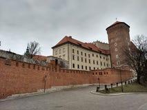 Krakau/Polen - Maart 23 2018: De weg aan het Wawel-kasteel De torens en de muren van het kasteel stock foto