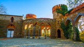 Krakau/Polen - Maart 23 2018: De weg aan het Wawel-kasteel De torens en de muren van het kasteel Krakau stock afbeeldingen