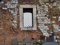 Krakau/Polen - Maart 23 2018: Een koffie op het grondgebied van het Wawel-Kasteel De torens en de muren van het kasteel royalty-vrije stock afbeelding