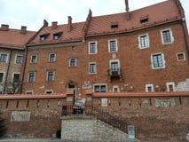 Krakau/Polen - Maart 23 2018: Het grondgebied van het Wawel-Kasteel Torens en muren, kathedraal, koninklijk paleis stock afbeelding
