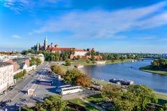 Krakau, Polen met het kasteel van Zamek Wawel en Vistula-Rivier Stock Foto's
