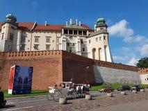 Krakau, Polen - 09 13 2017: Morgenstadt nach dem Regen Heller sonniger Tag Schloss von polnischen Königen lizenzfreie stockbilder