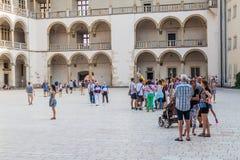 KRAKAU, POLEN - SEPTEMBER 3, 2016: De toeristen bezoeken een binnenplaats van het Wawel-kasteel in Krakau, Pola stock afbeeldingen