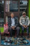 Krakau, Polen - September 21, 2018: Twee bejaarden poetsen verkopers op die op kopers wachten Zij verkopen gebruikte vervangstukk stock foto