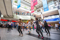 KRAKAU, POLEN - Teilnehmer an einen Tanzblitz greifen an der Stadtmittebahnstation an stockfotografie