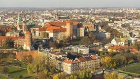 KRAKAU, POLEN - Vogelperspektive königlichen Wawel-Schlosses mit Park stockbilder