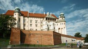 Krakau, Polen Wawelkasteel in de Zomerdag Beroemd Oriëntatiepunt De Plaats van de Erfenis van de Wereld van Unesco Versterkte Arc stock video