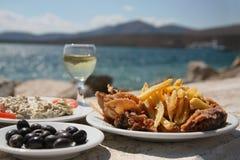 Krake, Chips, Oliven durch das Meer Stockfoto