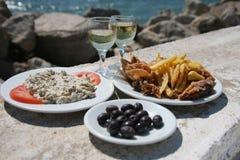 Krake, Chips, Oliven durch das Meer Stockbilder
