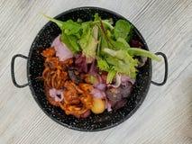 Krake gegrillt: Peruanischer Teller gedient mit frischem Salat Lizenzfreie Stockbilder