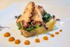 Krake mit mushed Kartoffeln und Gemüse Stockbilder