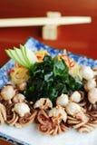 Krake mit Salat Lizenzfreies Stockfoto