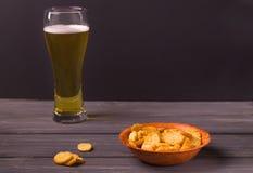 Krakers piwo w drewnianym talerzu, piwo w szkle Obraz Royalty Free