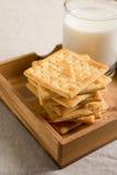 Krakers w drewnianej tacy i szkle mleko Obrazy Royalty Free