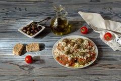 Krakers z kraciastymi pomidorami, feta serem, oregano, oliwkami i oliwa z oliwek, Obrazy Royalty Free