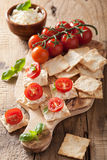 Krakers z miękkim serem i pomidorami zakąska ser świeży nieproszkowane pomidor zdrowy Zdjęcie Royalty Free