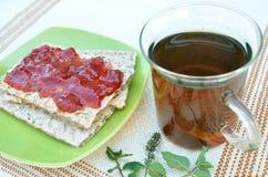 Krakers z truskawkowego dżemu i mennicy herbatą Obrazy Stock