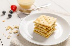 Krakers z zgęszczonym mlekiem i owoc, śniadanie Obrazy Stock