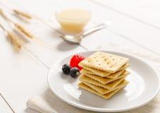 Krakers z zgęszczonym mlekiem i owoc Fotografia Stock