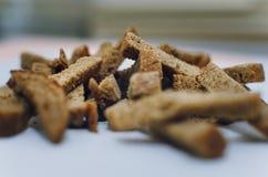 Krakersy czarny chleb na białym tle obrazy stock