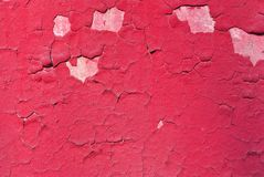 Krakingowa czerwona farba, tynk powierzchnia na ścianie, grunge tła horyzontalny podławy szczegół obrazy stock