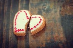Krakingowego serca kształtny ciastko Rozbicia pojęcie Zdjęcia Stock